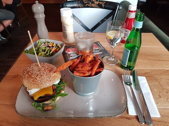 Bad Vilbel, Germania: Veggieburger mit Beilagensalat