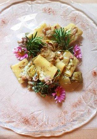 Ponsacco, Italy: Paccheri freschi con carciofi di Camugliano e pecorino