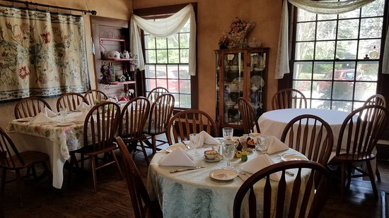 Bernie's Restaurant at Nacoochee Valley Guest House: Several different rooms, all with a cozy feel.