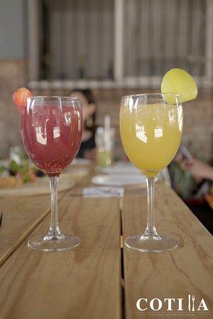 Cotilla: Hora feliz 1-2 pm. Dos bebidas al precio de una.