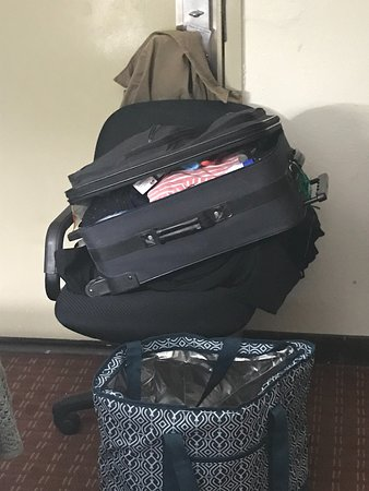 Quality Inn Roanoke Rapids: SUITCASE UP AGAINST DOOR TO KEEP IT CLOSED