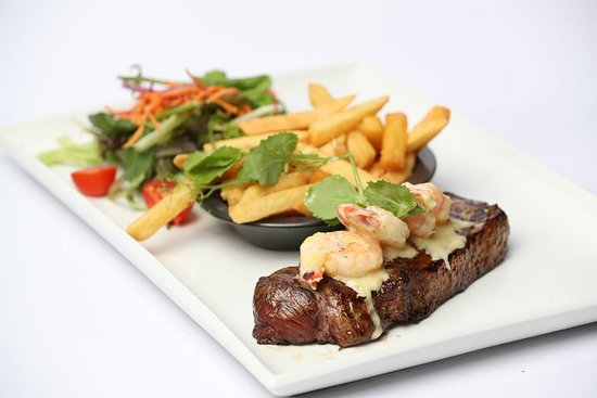 Crescent Head, Australien: Porterhouse topped with king prawns
