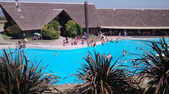 Victoria del Agua Parque Temático y Termal: Vista de Piscina de agua dulce y restaurante mayor
