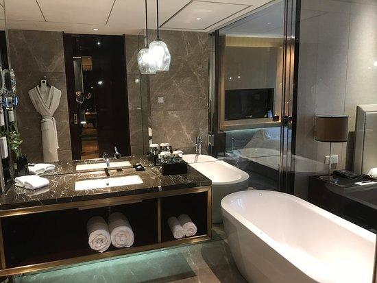 De ruime badkamer met ligbad - Picture of Pullman Guangzhou Baiyun ...