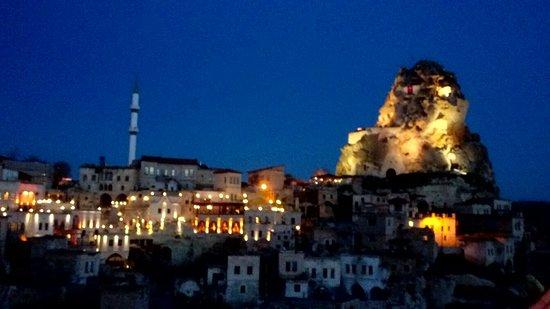 Ortahisar, Turkey: Hezen Cave otelin rahat koltuklarında birşeyler içerken akşam bu manzarayı seyrediyorsunuz