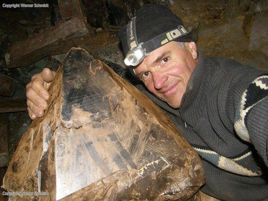 Mörel-Filet, Schweiz: Kristallsucher Schmidt mit einem riesigen Kristall Fund aus den Walliser Bergen
