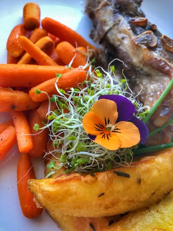 Paltinis, Roemenië:  lamb with carrots and potatoes
