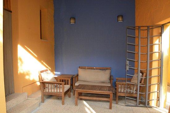 Valtierra, إسبانيا: Patio comprenant fauteuils + table basse, puis une autre table avec 2 chaises + 1 barbecue