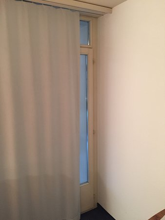Parkhotel Zug: Black out curtain does not fully cover window, letting sunlight in