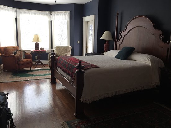 China Clipper Inn : King size bed in Captain's Quarters