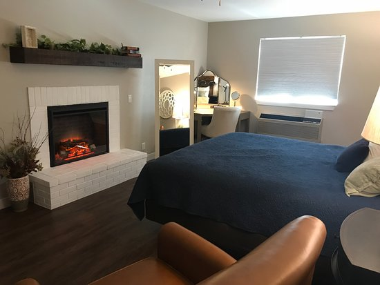 Saint Clair, MO: Semi-Suite King with Fireplace