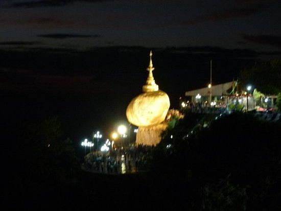 Kyaiktiyo Pagoda: ゴールデンロック 夜景