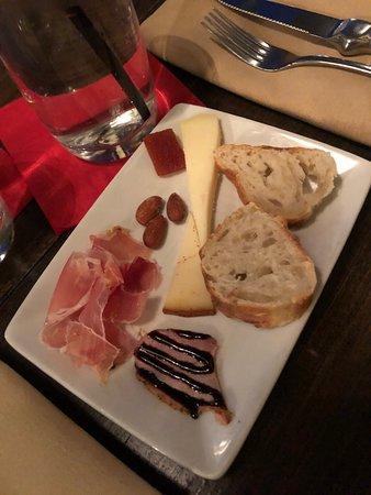 Wellesley, MA: pato amuhado, jamón serrano, manchego el trigal, y cabra al pimentino