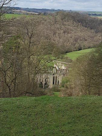 Helmsley, UK: Abbey below