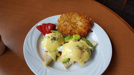 Coupeville, Waszyngton: Great eggs Benedict,  with avocado and tomato instead of ham!!!