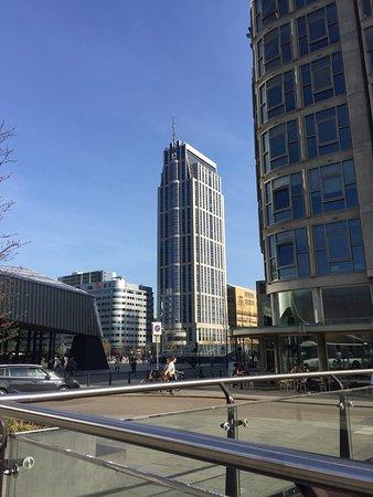 Rotterdam Marriott Hotel : Marriott Hotel vanaf bushaltes nabij stationsplein