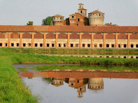"""Il Castello di Valeggio si specchia nel """" mare """" Lomellino"""