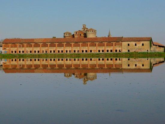 Castello di Valeggio  , una vera meraviglia  , tra le risaie Lomelline