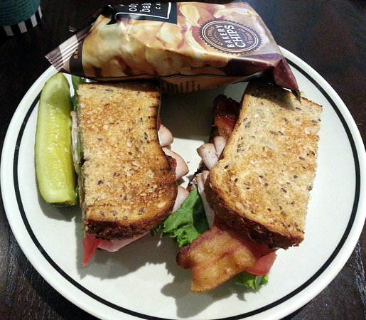 Wilmette, IL: turkey avocado sandwich with potato chips