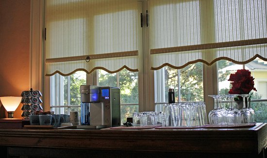 Fountain Hall B&B: Brew a fresh cup of coffee or enjoy a cold water or juice at the coffee bar.