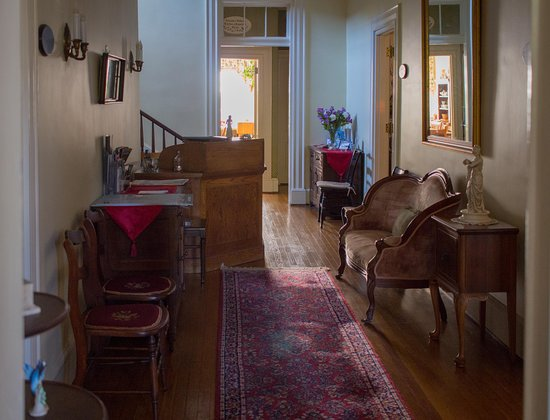Fountain Hall B&B: Entry hall and registration area filled with antique charm and sunlight