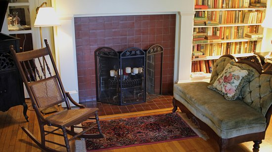 Fountain Hall B&B: The front parlor fireplace and books give guests a relaxing refuge if the weather isn't cooperat
