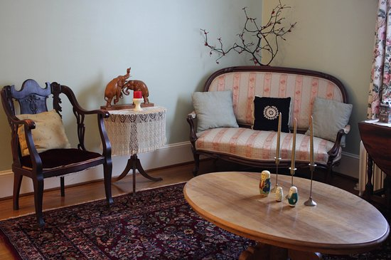 Fountain Hall B&B: The front parlor is comfortable and charmingly cosy; a great place to plan your adventures!