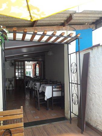 Cambuquira, MG: Área intermediária entre o salão e área externa.