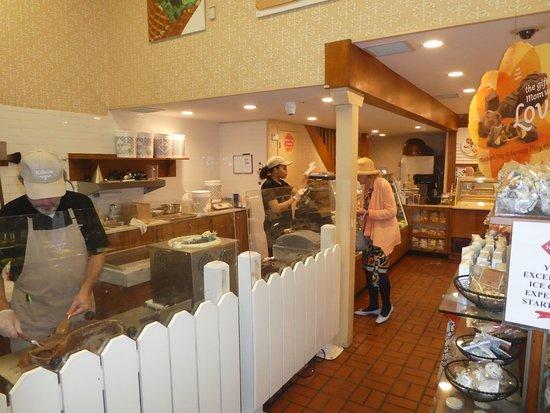 Kilwins Chocolate and Ice Cream: Inside