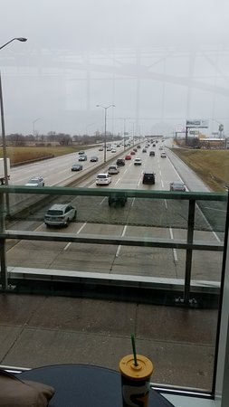 ‪‪Schiller Park‬, إلينوي: View of Tri-State Tollway from O'Hare Oasis Dining Area‬