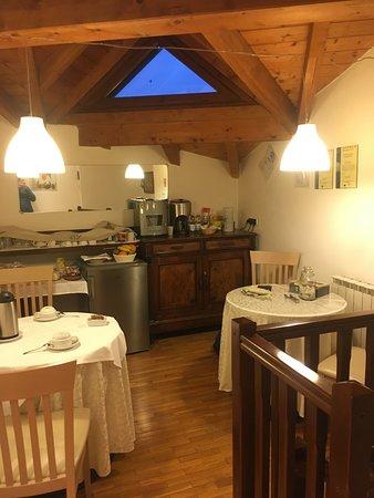 Vizzola Ticino, Italy: חדר האוכל בקומה מצוייד בפירות עוגות ושתייה