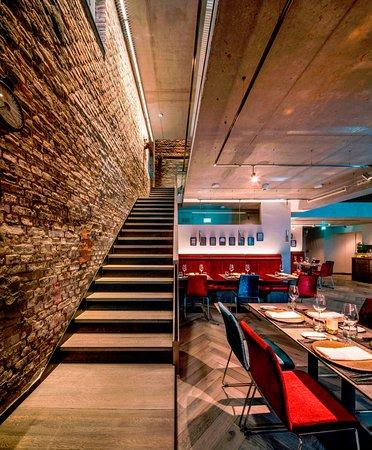 Moderne deutsche Küche serviert auf 3 Etagen mit 15 Meter ...