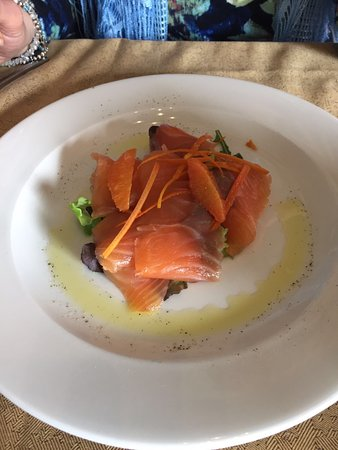 Arcore, Italie : Ventagli di salmone norvegese marinato agli agrumi su mistica e novelle