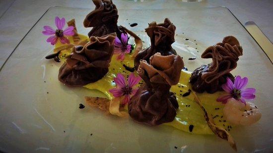 Pozzol Groppo, إيطاليا: Fagottini al cacao ripieni di mazzancolle su crema di curcuma e goccie di cioccolato