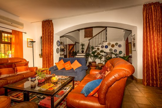Cartajima, Spain: Guests gather in the drawing room to exchange travellers´ tales
