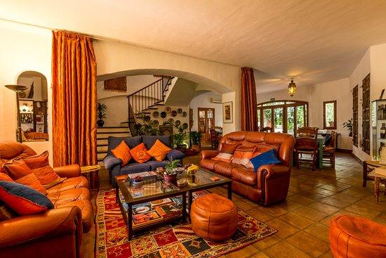 Cartajima, Spain: Drawing room leads to the dining area beyond