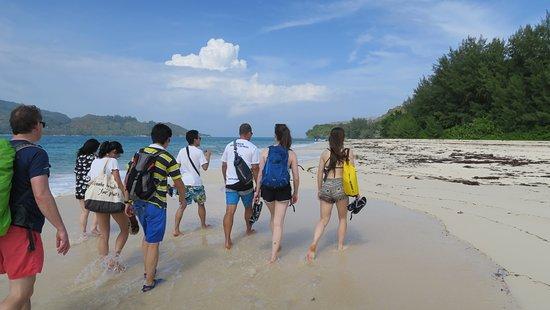 Amitié, Seychelles: Christian leder gruppen genom stigar, stränder, mangroveträsk och till en fantastisk grillunch..