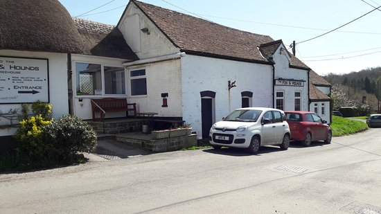 East Knoyle, UK: The pub from the main road