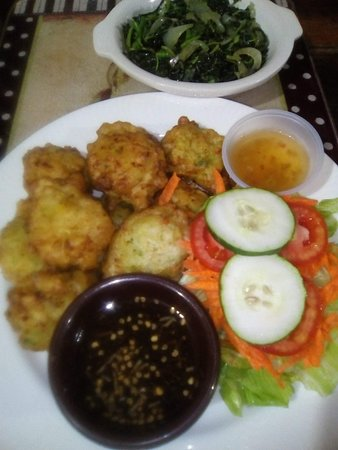Mangrove Inn & Restaurant: Mangrove Special - Conch Fritters+Calaloo+House Salad and Iconie's famous conch sauce *