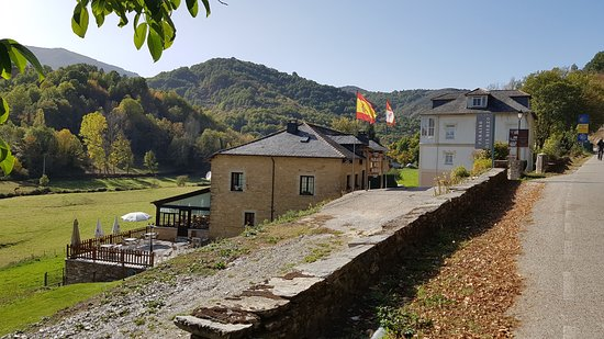 Las Herrerias, Spania: View of hotel from road