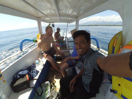 Lombok Fun Travel Inc.: Me shaving on the snorkeling trip around the main Gilis. Rivaan is taking the photo.