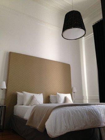 Esplendor Hotel Cervantes: La cama es gigaaante! Y hay un balconcito en la ventana.