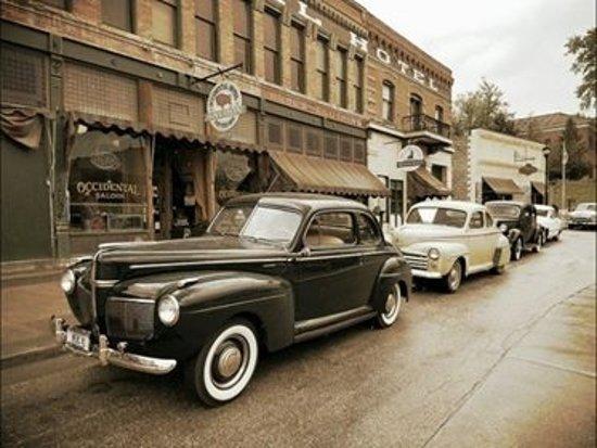 Μπάφαλο, Ουαϊόμινγκ: Car enthusiasts in front of the Historic Occidental Hotel.