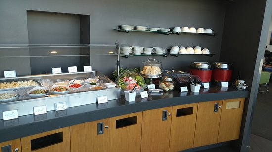 SeaTac, WA: The food buffet at Club at SEA, N concourse