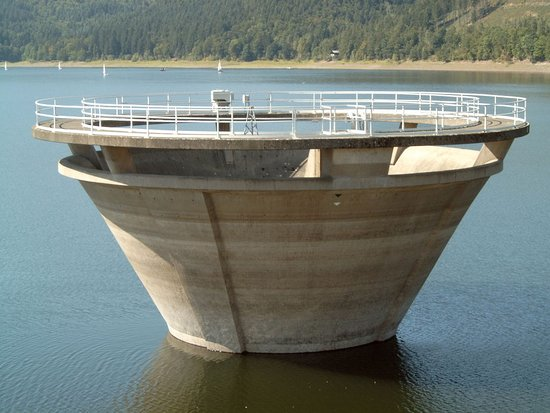 Innerstetalsperre: Spillway in the reservoir.