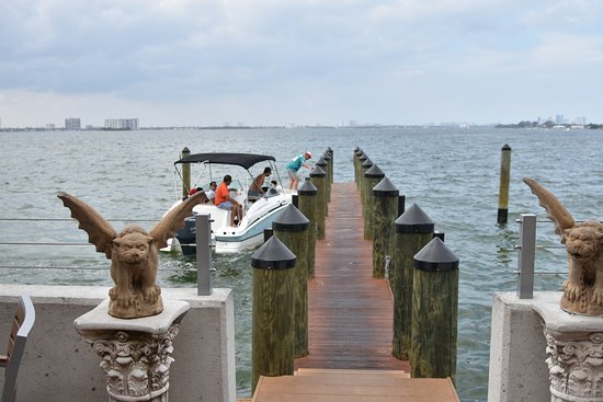North Bay Village, FL: Come by boat! Docking is always free at Shuckers.