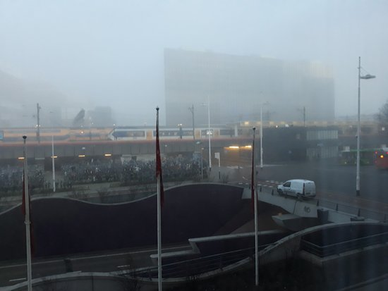 Ibis Leiden Centre: Estacão de Leiden em frente