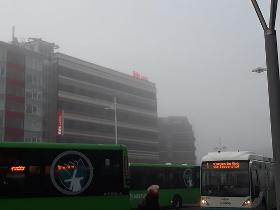Ibis Leiden Centre: Vista do hotel da Estação