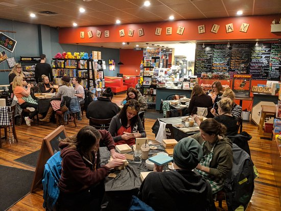 Grand Forks, Canadá: Packed house for sign making night!