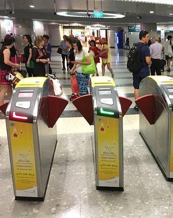 Singapore Mass Rapid Transit  (SMRT): catracas bonitas, funcionais e respeitadas